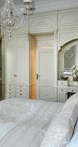 wandmontierter Kleiderschrank / klassisch / lackiertes Holz / Schwingtüren