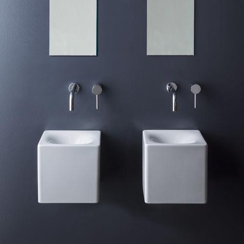 Wand-Waschbecken / quadratisch / Keramik / modern