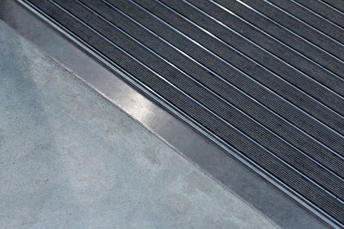 Eingangsmatte für öffentliche Einrichtungen / Aluminium / Gummi / kundenspezifisch