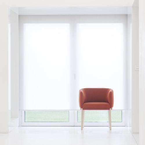 moderner Sessel / Stoff / Holz / Bridge