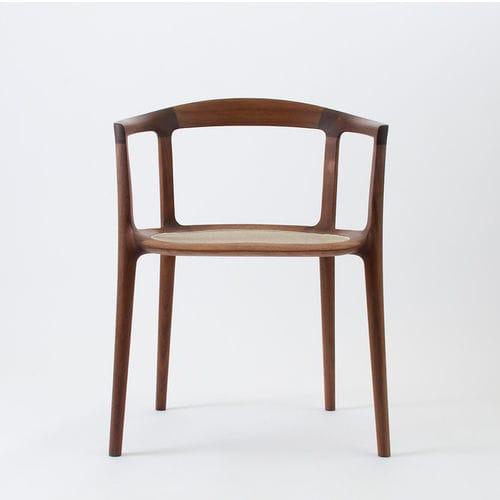 Stuhl / Skandinavisches Design / Mit Armlehnen / Netz / Holz