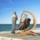 Hängender Stuhl / originelles Design / Holz / Außenbereich / für öffentliche Bereiche