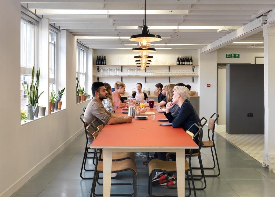 Sagte dezeen dass airbnb eine grundlegende veränderung in den einstellungen gegenüber entwurf verursacht indem er leuten erlaubt stilvollen innenraum