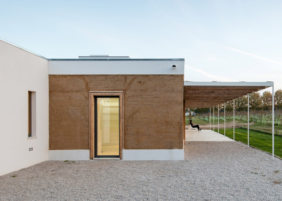 Charming Blaanc Benutzt Gerammte Erde, Um Haus In Einem Portugiesischen Weinberg Zu  Errichten