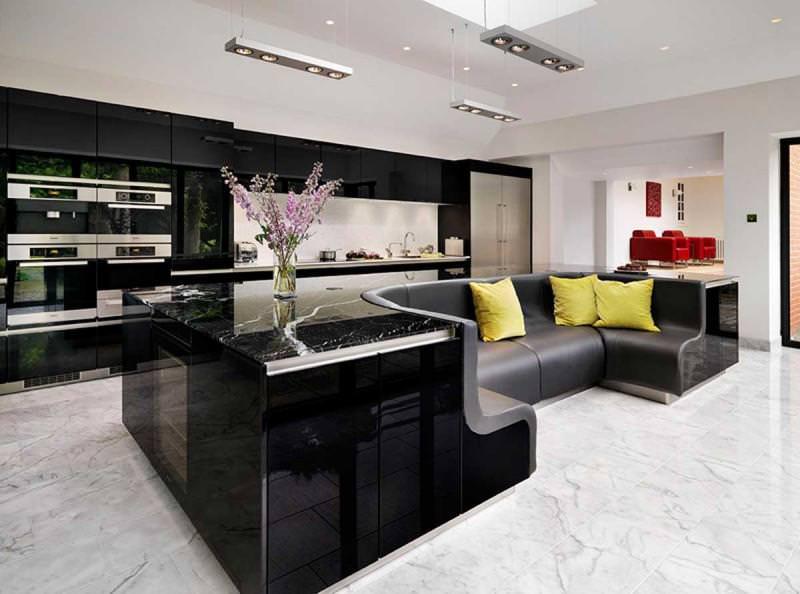 Diese Küche Hat Eine Insel Mit Einem Eingebauten Sofa - Winchester