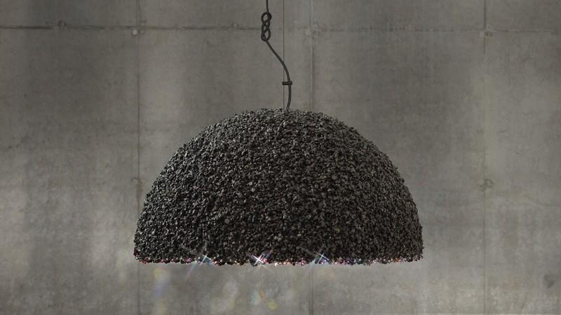 Der Marmor Lampenschirm besitzt die Form einer Halbkugel