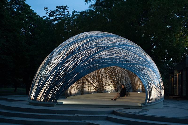 Der Pavillon wirkt auch bei Nacht sehr attraktiv