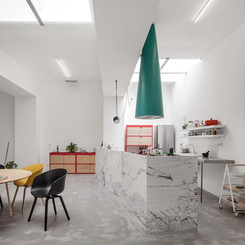 Fala Atelier Wandelt Fensterlose Garage In Lissabon In Ein Angenehmes +  Characterful Haus Um