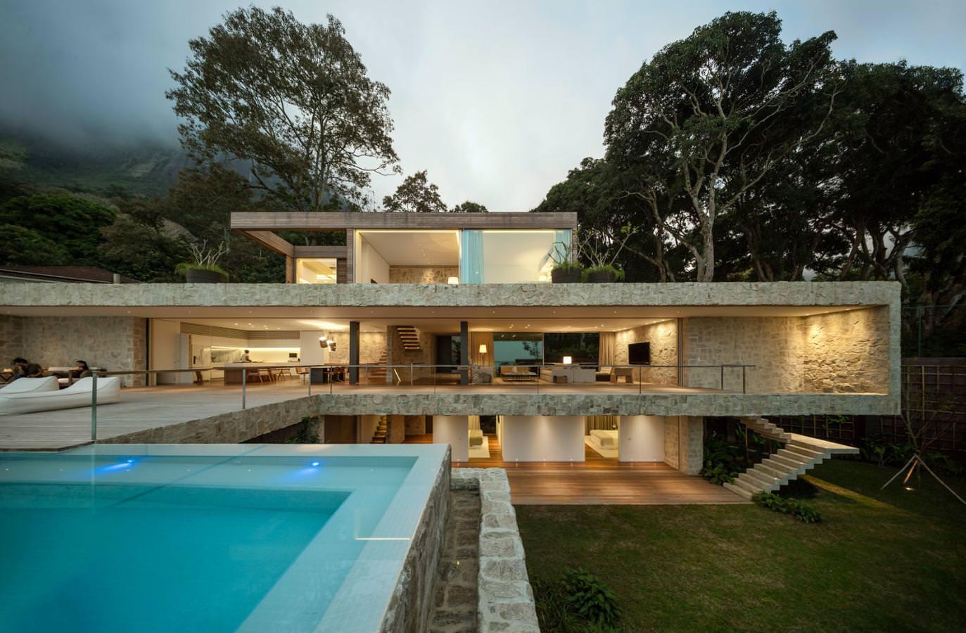 AL Haus: geöffneter Innenraum und Sandsteinwände definieren dieses ...