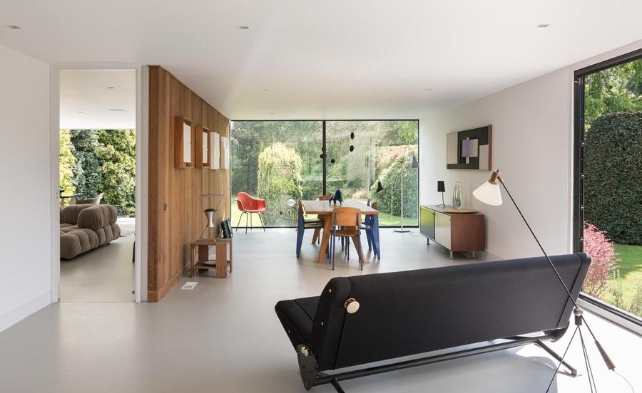 Glasig Glänzende Wände Füllen Aufnahmeräume Der Landsitz Weise Mit Licht.  Das Esszimmer Grenzt