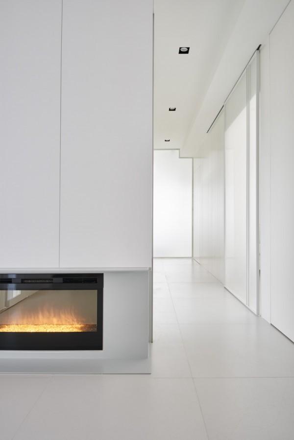 Weiße Wände und In-Fußboden Speicher bilden diesen kreativen Haus ...