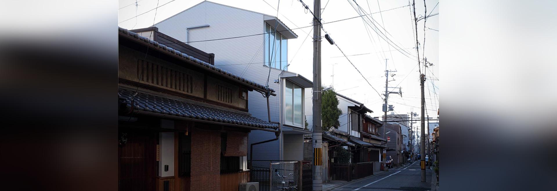 alphaville kerbt Kyoto-Stadthaus in einen schmalen Wohnplan in Japan ...