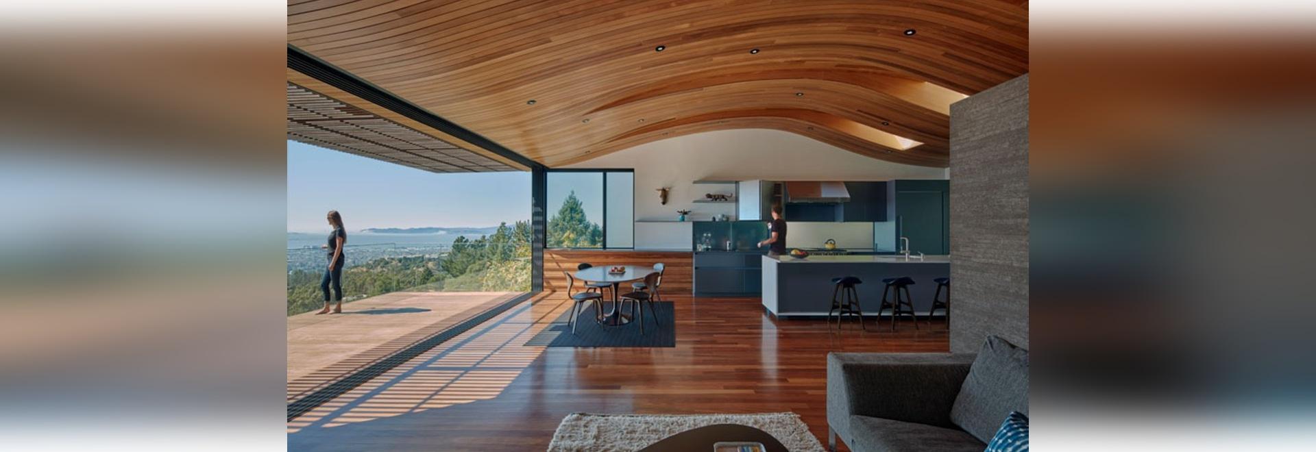 Die Decke in diesem modernen Haus hallt die Form des Abhangs wider ...