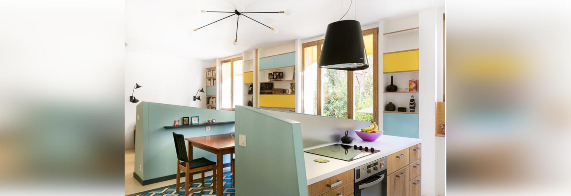 Diese Kleine Wohnung Benutzt Halbe Wände, Um Unterschiedliche Räume Für Die  Küche, Das Speisen