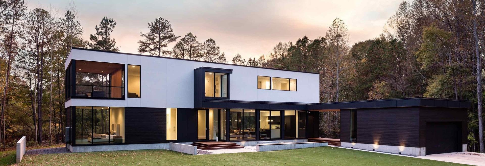 Dieses neue zeitgenössische Haus, das durch Bäume umgeben wird ...