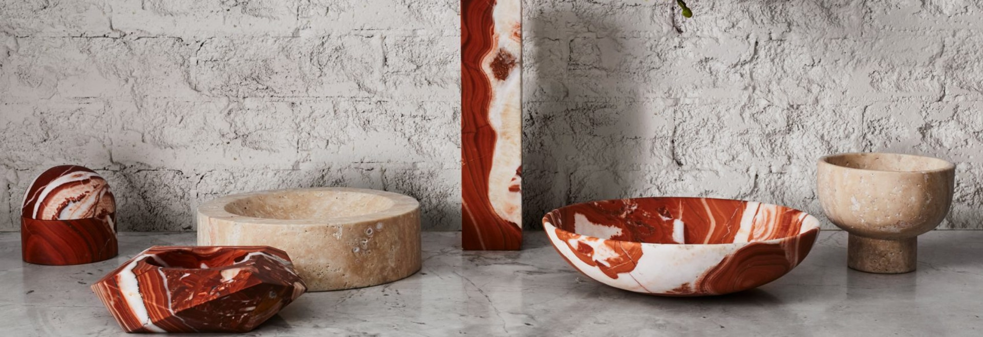 Greg Natale startet Sammlung Marmor, Oberteil und dekorative Messingzusätze