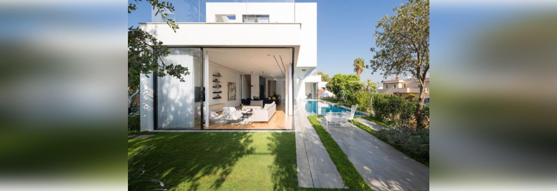 Große gleitende Glaswände geben diesem Haus einfachen Zugang zum ...