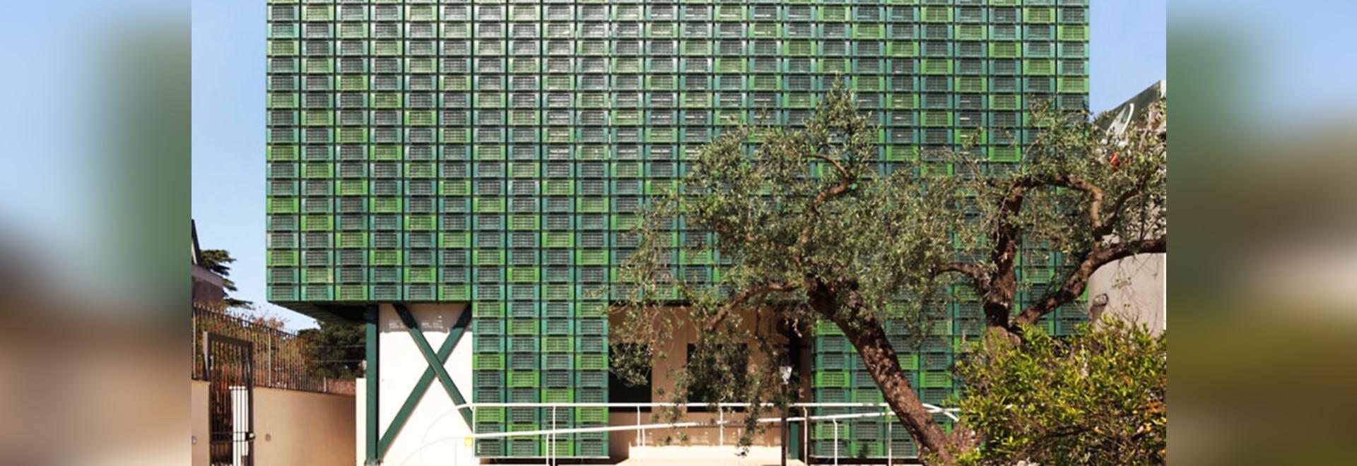 Hunderte von repurposed orange Kisten bilden auffallende Fassade in Italien
