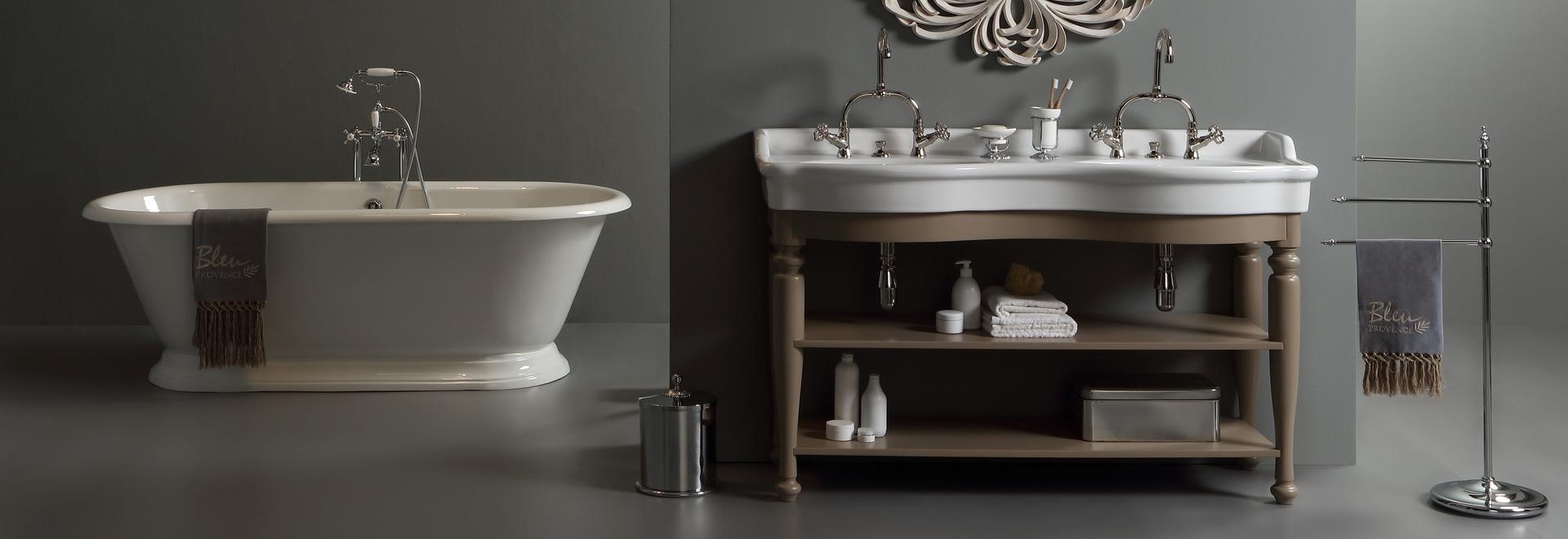 Klassisches doppeltes Waschbecken mit Holzmöbel