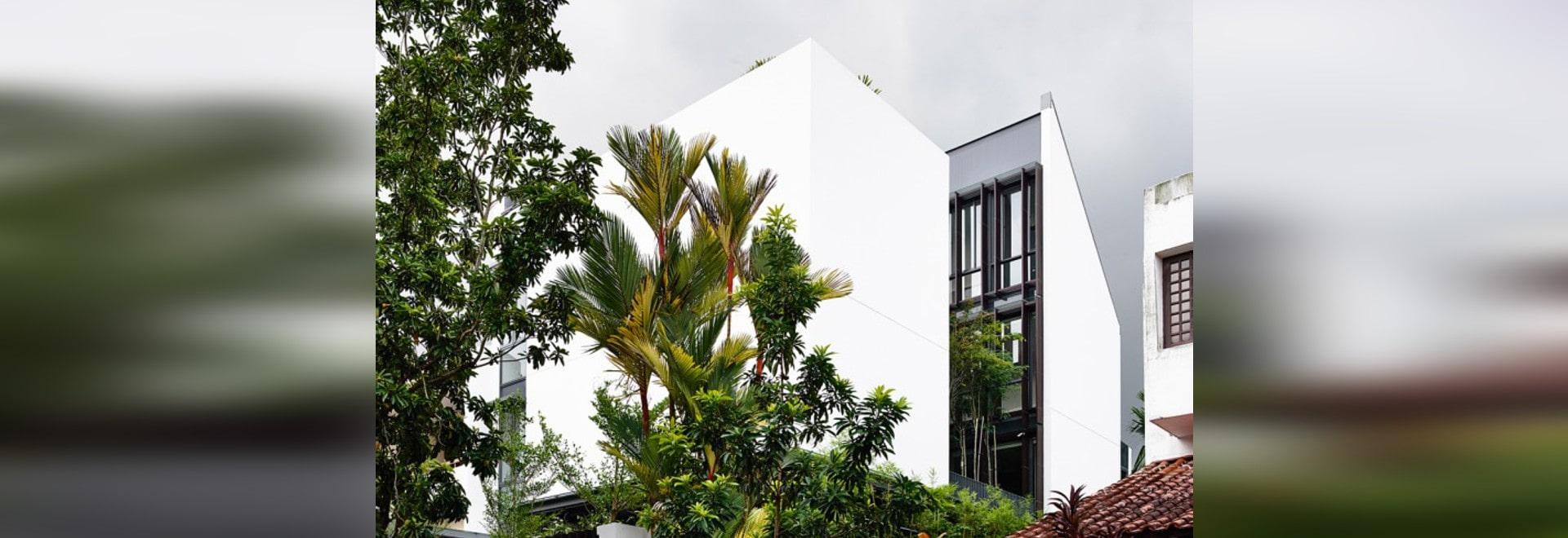 Öffnen Sie tropisches Haus mit Innenhof und erstaunlichen hölzernen ...