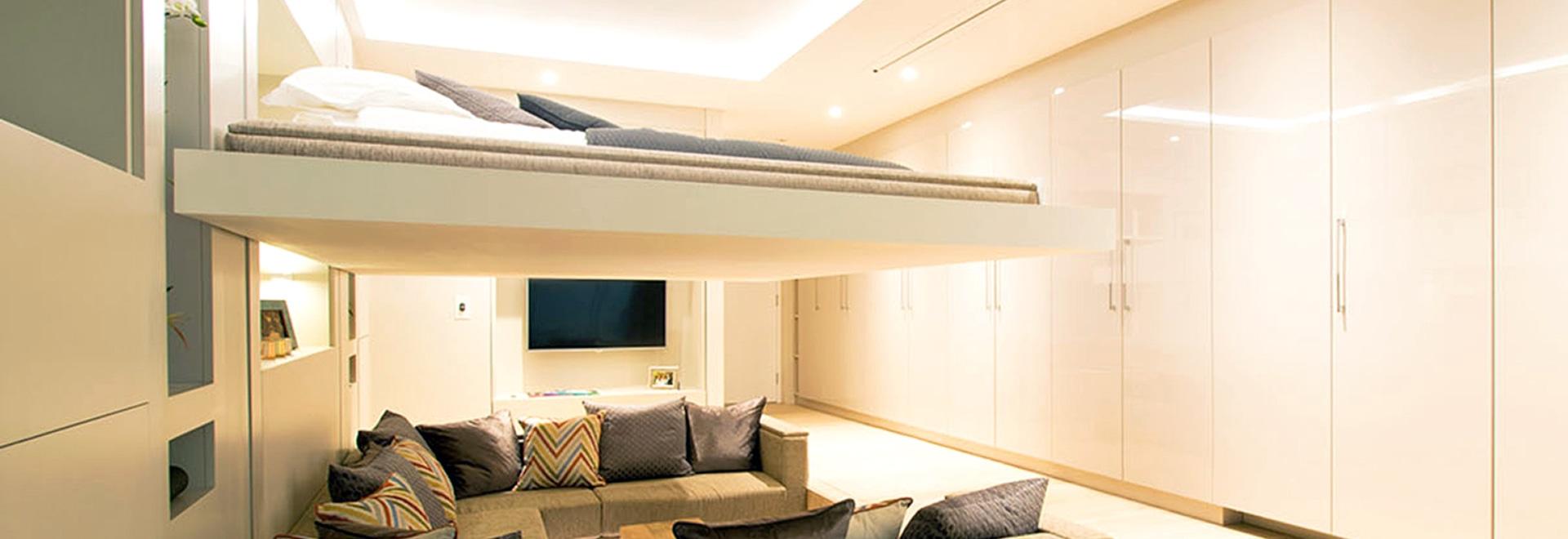 Das Bett in dieser erstaunlichen Wohnung fällt unten von der Decke ...