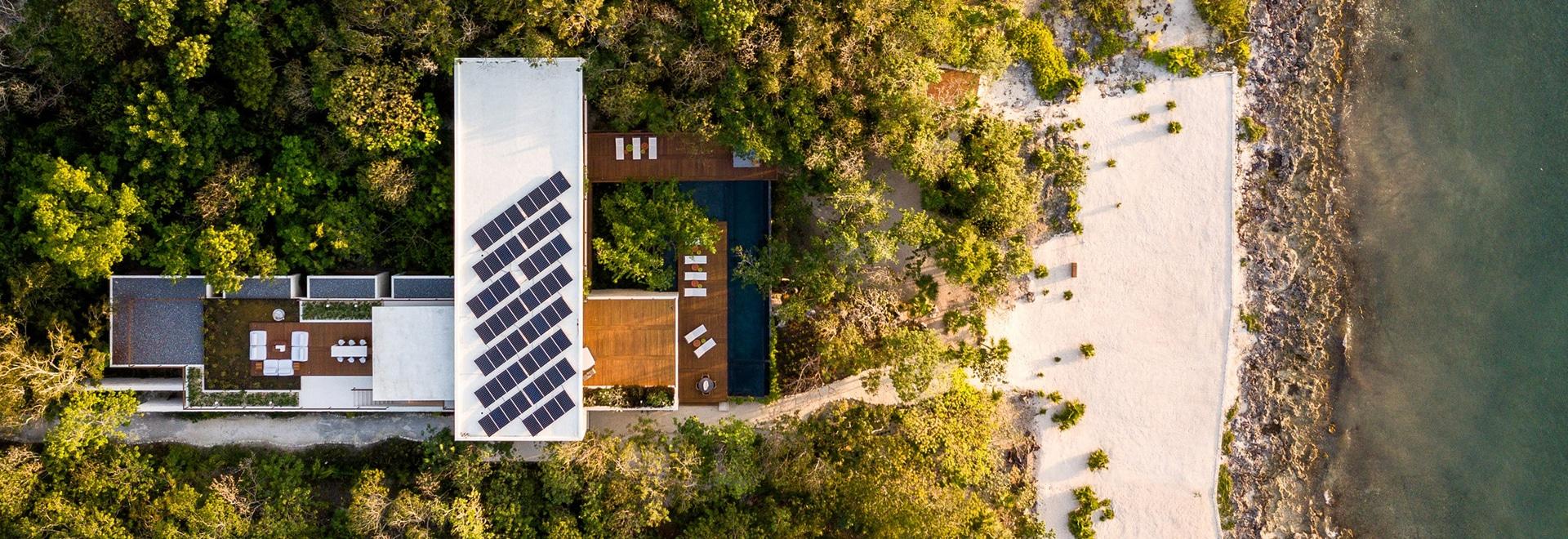 Sordo Madaleno organisiert strandnahe Casa Cozumel um Anlage-gefüllten Hof