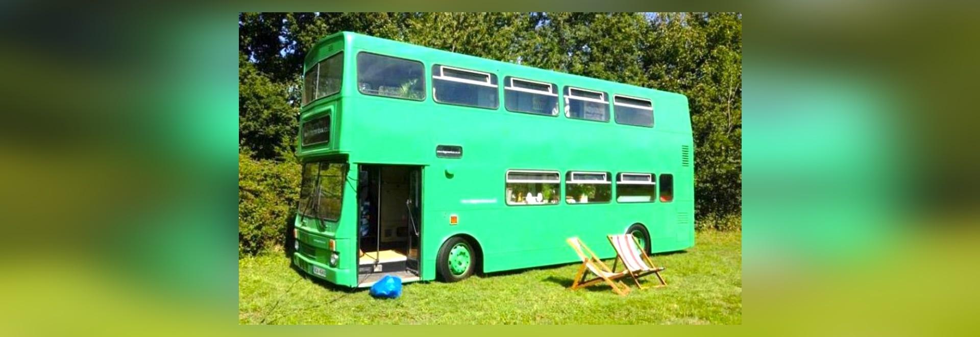 Der große grüne Bus ist ein pensionierter Stadt-Bus, der in ein ...