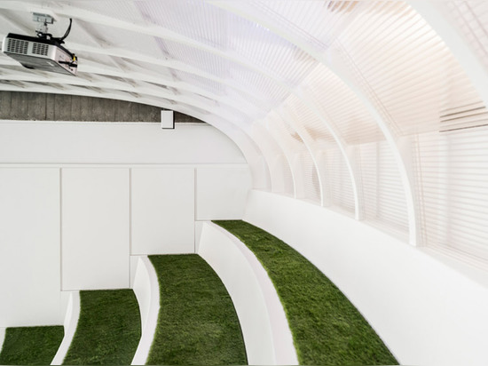 Onefootball Hauptquartier durch TKEZ kennzeichnet turfed Konferenzzimmer und eine laufende Schiene