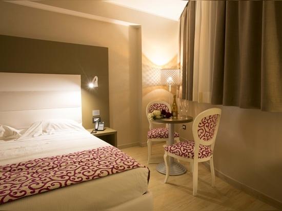 Möbel für Hotelzimmer von Mobilspazio-Vertrag