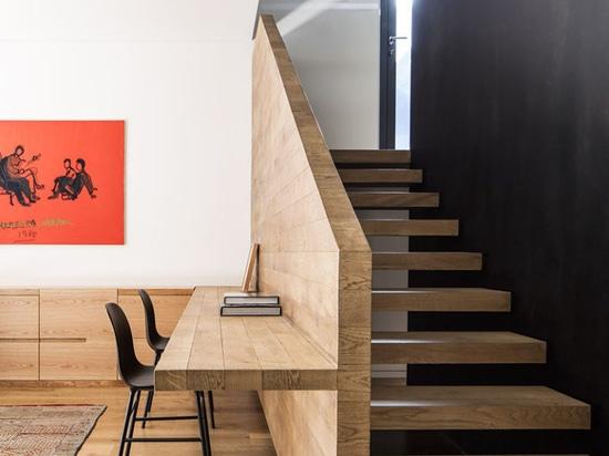 Innenarchitektur-Ideen – errichten Sie einen Schreibtisch auf einem unbenutzten Wand-Raum