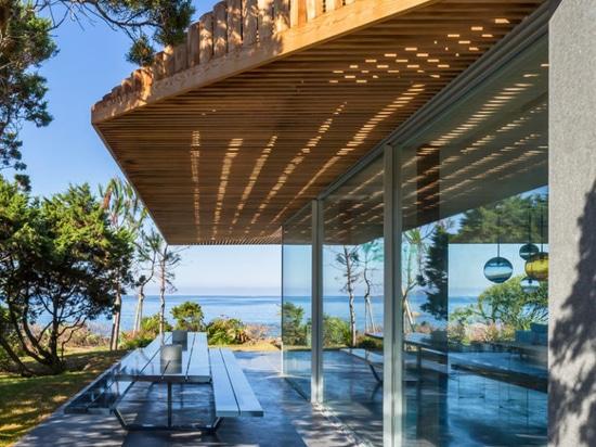 Dieses moderne Mittelmeerhaus lässt die Ozeanbrise rechtes durch es führen