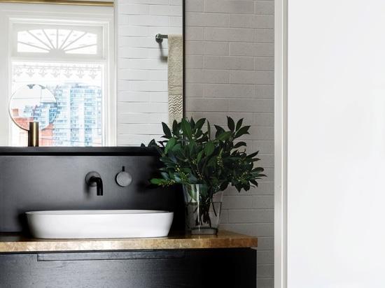 Gold-tönte skandinavische Einfachheit für eine Melbourne-Wohnung durch Fiona Lynch
