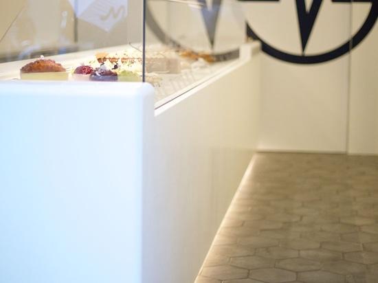 Eine elegante gekühlte Anzeige gemacht von KRION®, um die Schaffungen von Christophe Michalak in Paris hervorzuheben