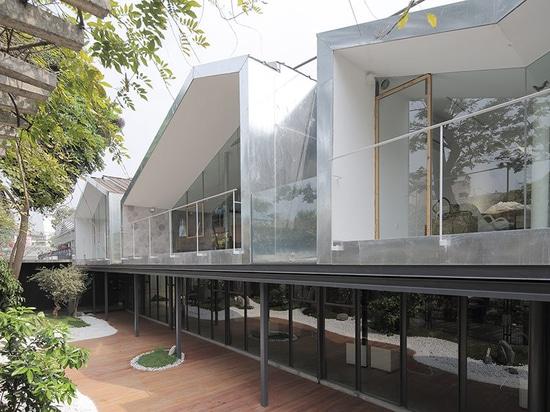 Obüro erneuert Arbeitsstudio in einem Betriebshaus mit Glas und Stahl