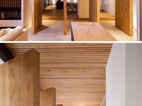 Eine elegante Wohnung mit einer hölzernen Latten-Decke