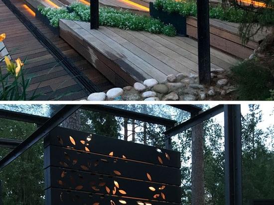 Diese private Turnhalle wird durch einen Wald umgeben