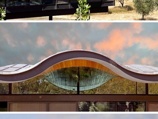 Ein sich hin- und herbewegendes gewelltes Dach sitzt über diesem australischen Haus