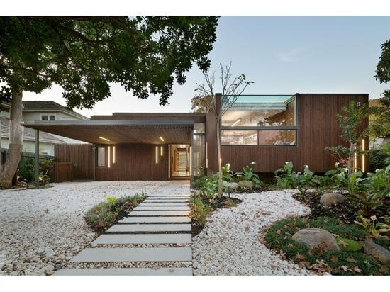 Front Of This House Appears Modest And Compact, aber es verbergen einen viel größeren Innenraum