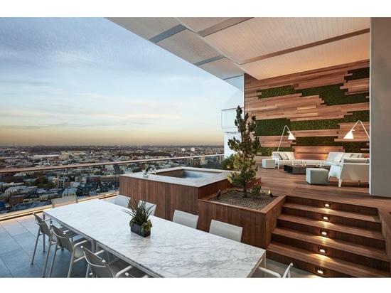 Dieser Balkon mit Ansichten von Brooklyn war für Unterhaltung die im Freien bestimmt