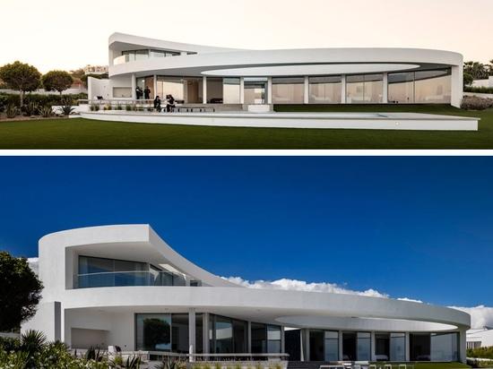 Ein Haus von Kurven auf der Küste