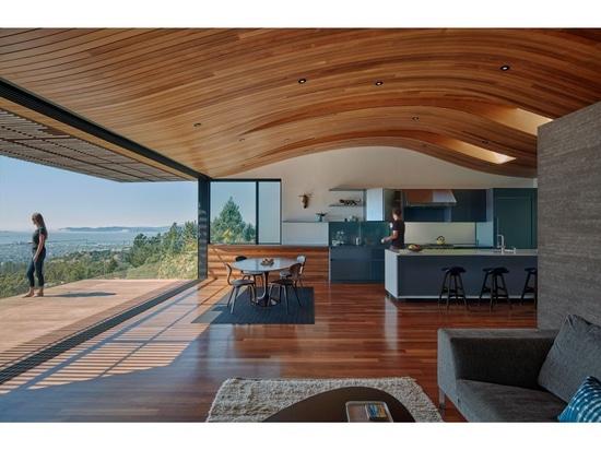 Die Decke in diesem modernen Haus hallt die Form des Abhangs wider, den sie an sitzt