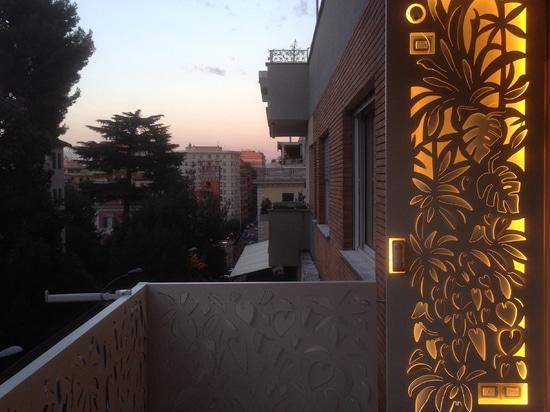 Hintergrundbeleuchtete Schirme für Terrassen und Plattformen