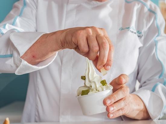 KRION im Schaufenster von SUAU, handwerklich hergestellte, von der Feinbäckerei inspirierte Speiseeiserzeugnisse