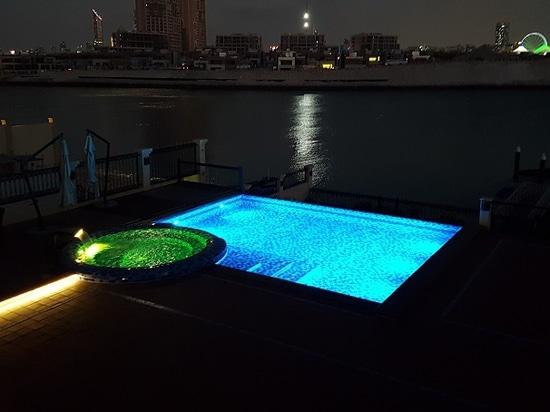 Pool im Freien in einem privaten Landhaus in Abu Dhabi
