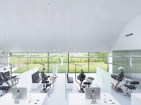 Orthodontischer Klinikinnenraum durch Amsterdam-ansässigen Studio-Prototyp. Foto durch Jeroen Musch über Studio-Prototyp.