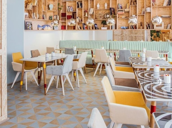 Innenarchitektur-Scheinwerfer: Helle Farben im Speiseraum an Hotel Witz Astotel, zum des Appetits zu öffnen.