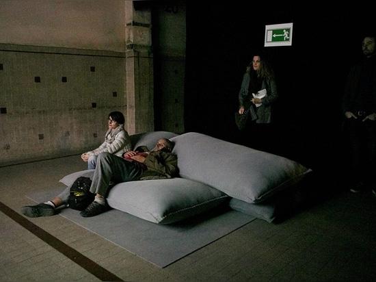 Smarin stapelt Kissen, um Sitzplätze zu schaffen, die Aussehung wie Militärverteidigung