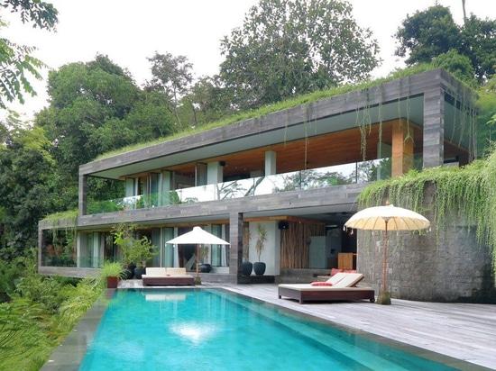 WOMhouses Chamäleonlandhaus 'verschwindet' innerhalb seiner Balineseumgebungen