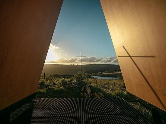 Kapelle sacromonte MAPAS in Uruguay respektiert die Landschaft, indem sie seine Beschränkung verweigert