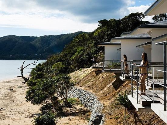 'Nest am amami' ist ein japanisches Strandentferntdorf, das zwischen dem Himmel und dem Meer errichtet wird